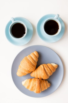 Tasses de café avec des croissants