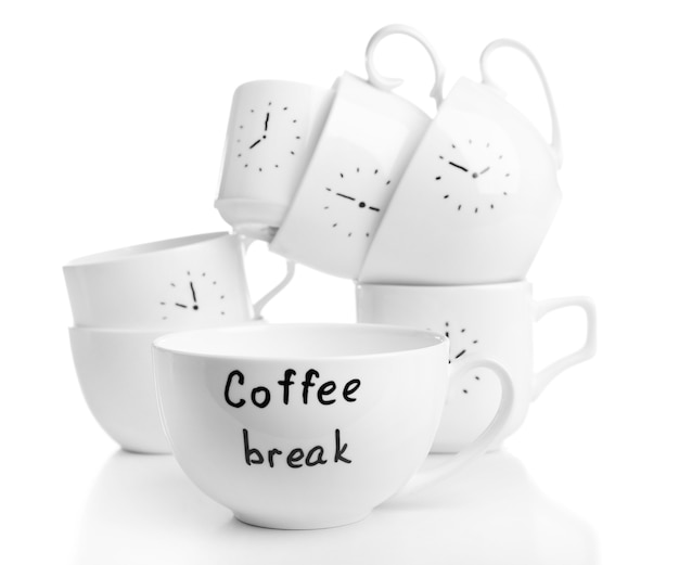 Tasses à café avec du temps pour la pause-café, isolées sur blanc