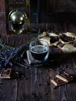 Tasses à café sur fond sombre