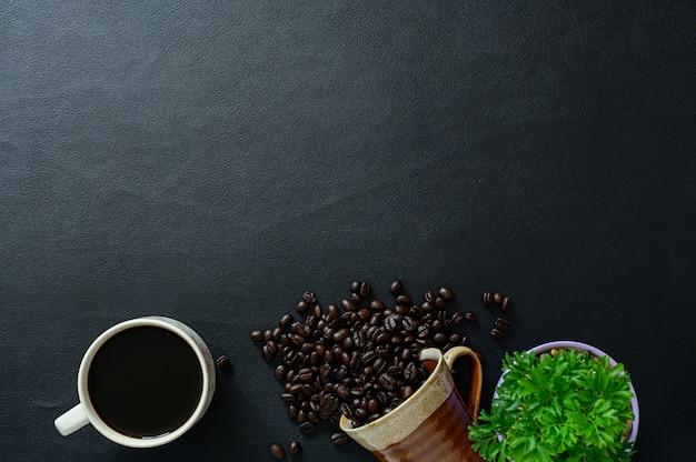 Tasses à café et grains de café, arbres sur le bureau, vue de dessus