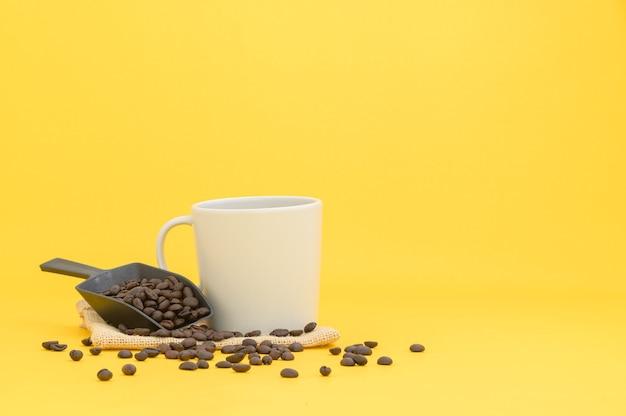Tasses à café et grains de café, boissons énergisantes