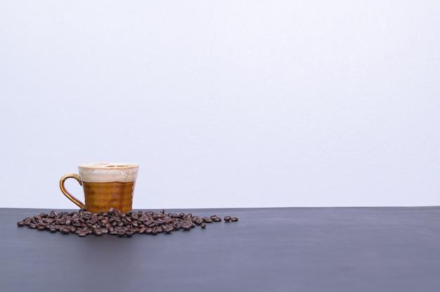 Tasses à café et grains de café sur le bureau