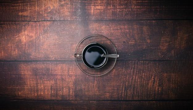 Les tasses à café et les grains de café fournissent de l'énergie