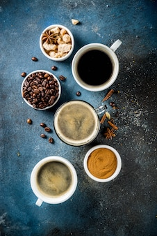 Tasses à café avec grains et café moulu