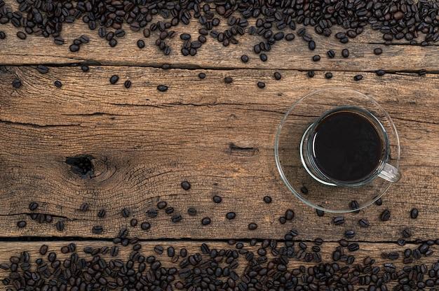 Des tasses à café et des grains de café sont sur le bureau