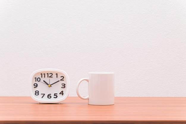 Tasses à café et horloges. idées d'amour de café