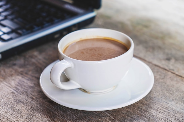 Tasses à café et ordinateurs portables sur le bureau
