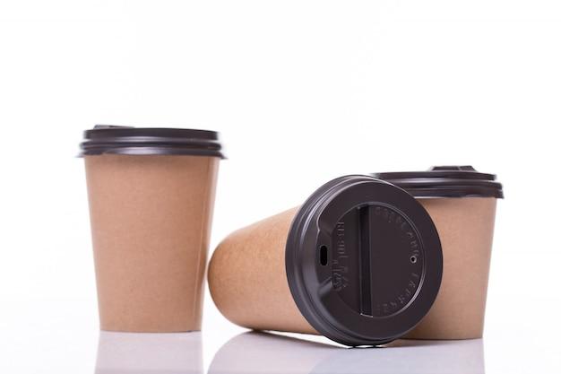 Tasses à café en papier couvert de différentes tailles isolés sur blanc