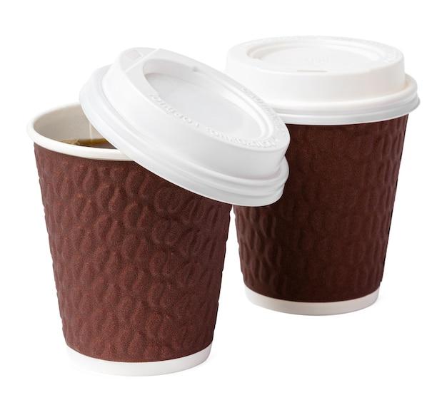 Tasses à café en papier isolés sur fond blanc. fermer.