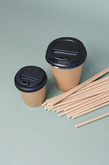 Tasses à café en papier avec de la paille en papier. conception écologique. zero gaspillage
