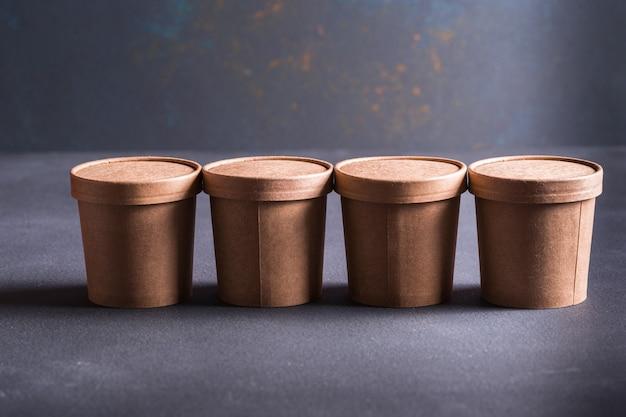 Tasses à café en papier se bouchent