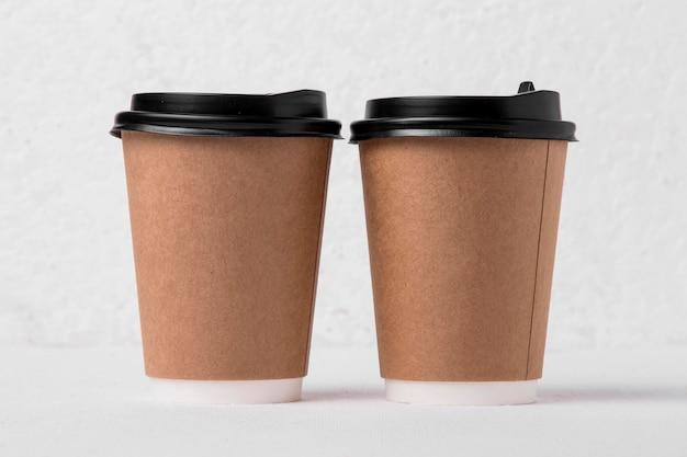 Tasses à café en papier vue de face