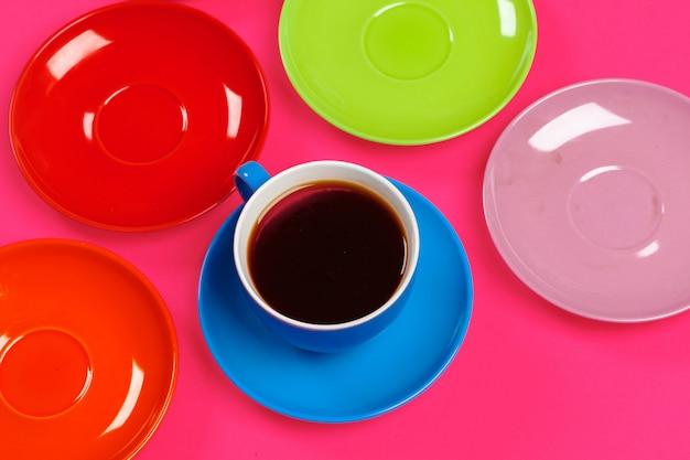 Tasses à café et soucoupes colorées
