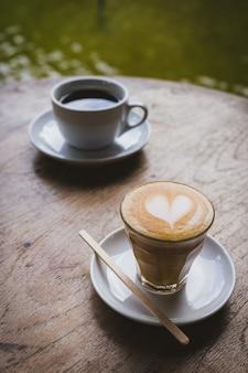 Tasses à café sur la table en bois dans le café.