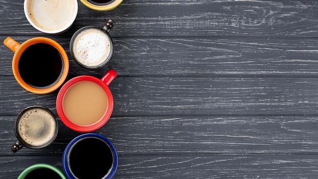 Tasses à café sur table en bois avec espace copie