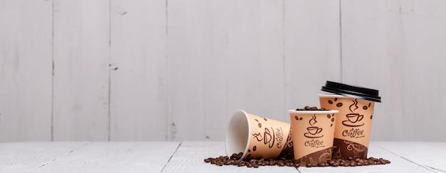 Tasses à café sur table en bois pour en-tête du site