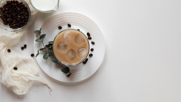 Tasses de café sur table avec espace copie