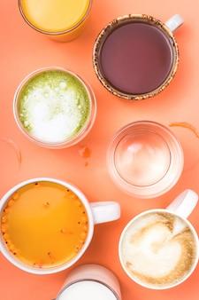 Tasses de café, thé, jus et eau. boissons du matin pour différentes préférences.