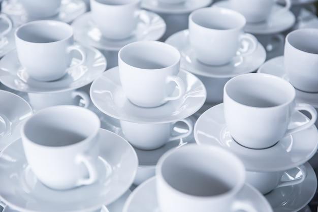 Des tasses de café ou de thé vides prêtes à être utilisées pour les invités lors d'événements ou de conférences.