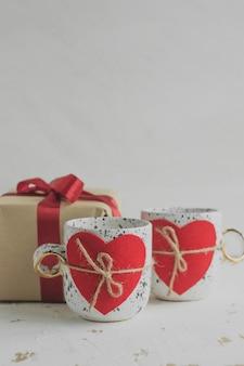 Tasses avec coeurs, concept de la saint valentin