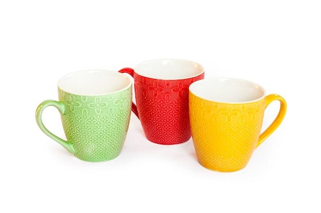 Tasses colorées isolés sur une surface blanche