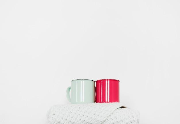 Tasses debout sur une écharpe chaude