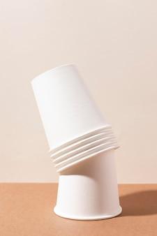 Tasses écologiques dans une pile