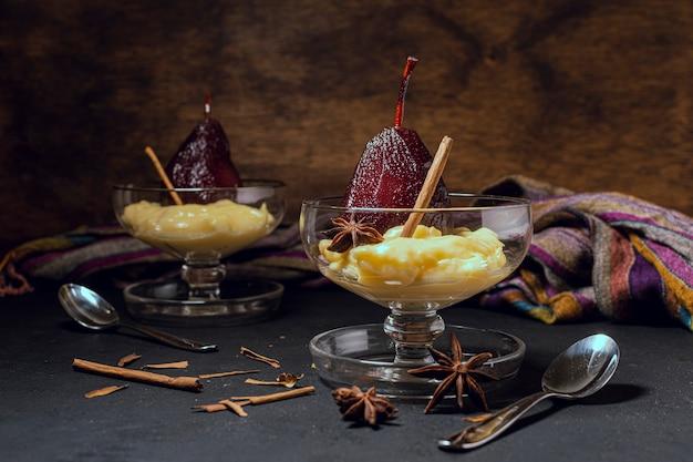 Tasses élégantes avec poires caramélisées et crème