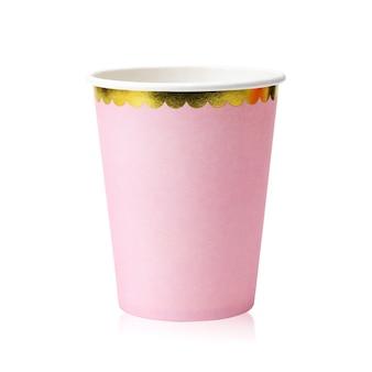 Tasses de fête rose isolés sur fond blanc.