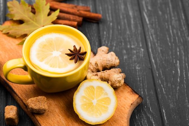 Tasses avec gros plan d'arôme de fruits de thé
