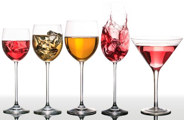 Tasses isolées avec des liquides de différentes couleurs