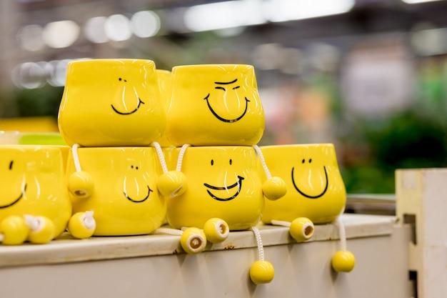 Tasses jaunes avec des visages drôles