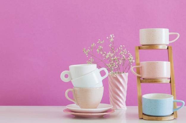 Tasses modernes sur tableau blanc sur fond rose mur