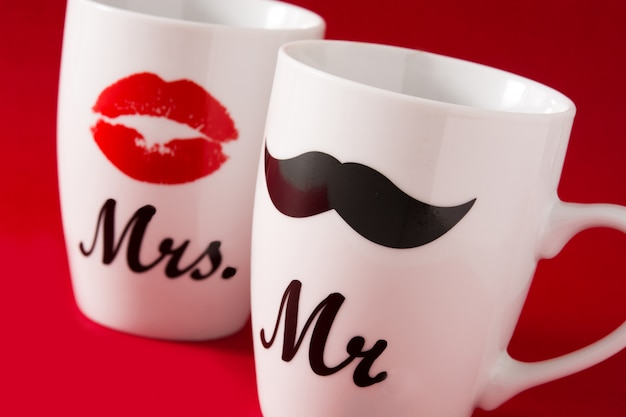 Tasses avec moustache et lèvres pour la saint valentin sur rouge