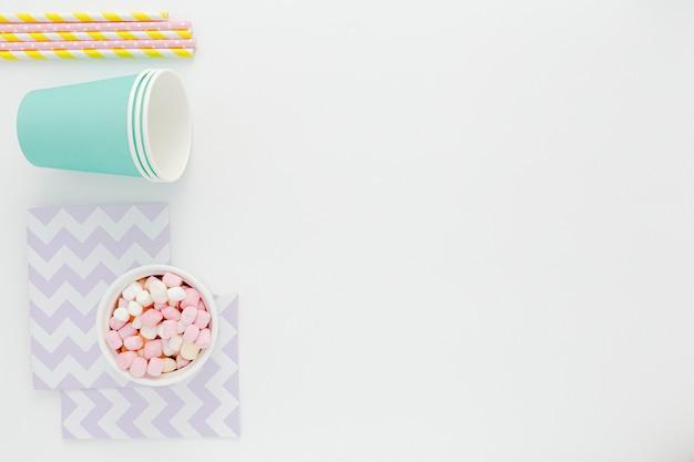 Tasses et pailles en plastique avec copie-espace