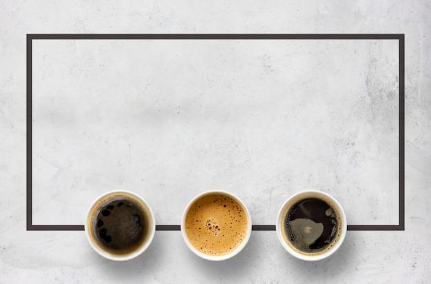 Tasses en papier de café sur table en ciment