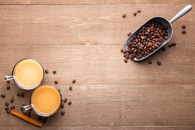Tasses plates et grains de café avec copie-espace