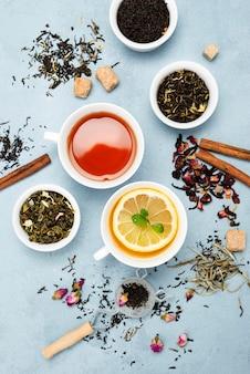 Tasses plates avec thé