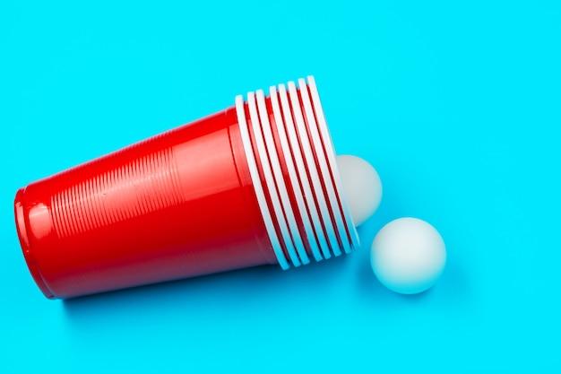 Tasses pour le jeu beer pong sur la table