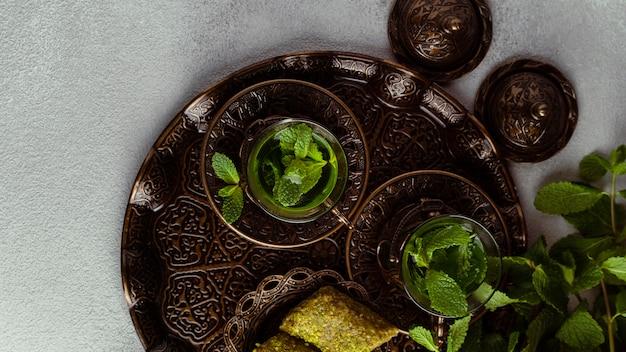 Tasses à thé et arrangement de nourriture ci-dessus vue