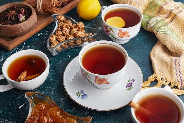 Tasses à thé avec bonbons et confitures.
