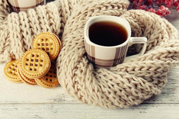 Tasses de thé avec des cookies sur table close-up