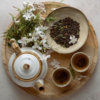 Tasses à thé et fleurs vue de dessus