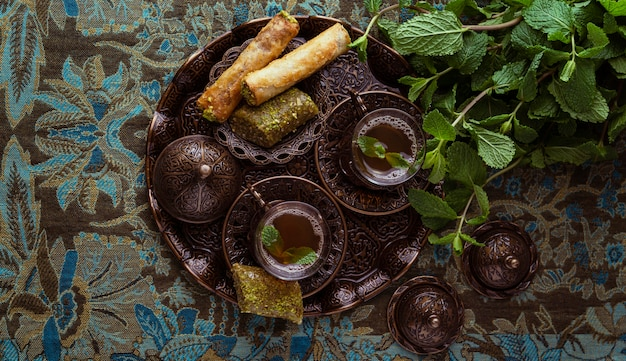Tasses à thé à plat et arrangement de nourriture