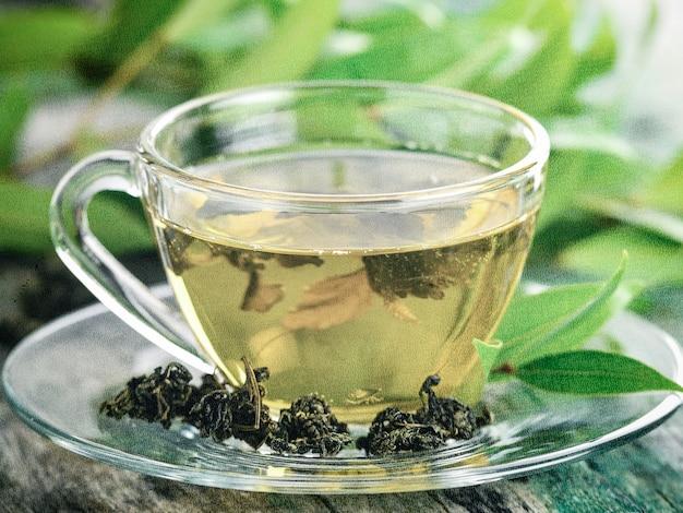 Tasses de thé vert sur table. photo dans un style rétro