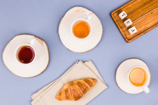 Tasses à thé vue du dessus avec dés de lettre