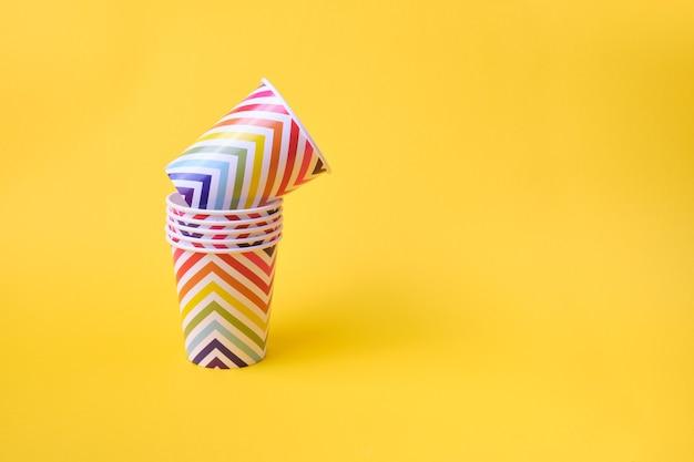 Tasses de vacances en papier avec motif géométrique sur fond jaune