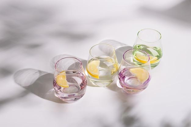 Tasses en verre avec de l'eau fraîche et une tranche de citron