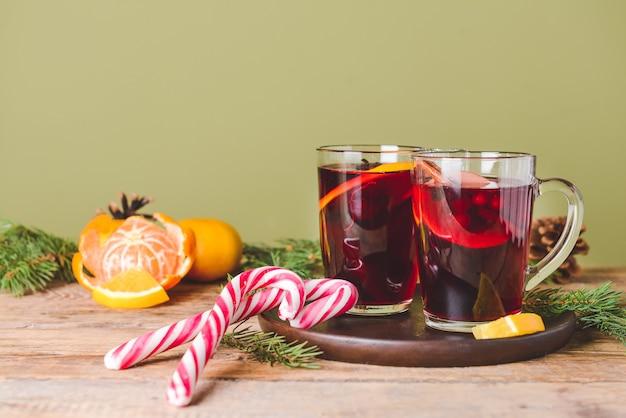 Tasses de vin chaud savoureux sur table