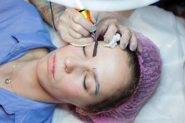 Tatouage permanent des sourcils.